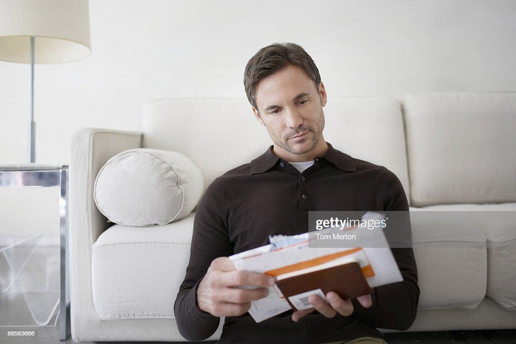 Man sorting bills at home : Foto de stock