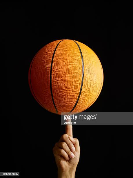 Homme filature de basket-ball dans l'Air