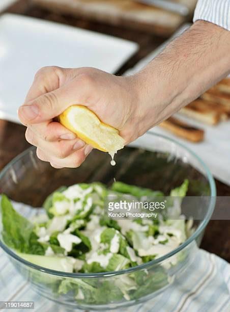 男性を絞るレモンのサラダ