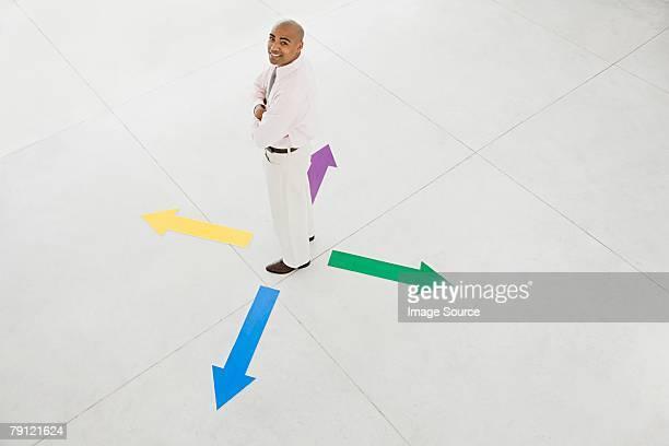 Homme debout entre flèches