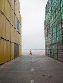 Mann, stehend zwischen Containern in einem Versand yard