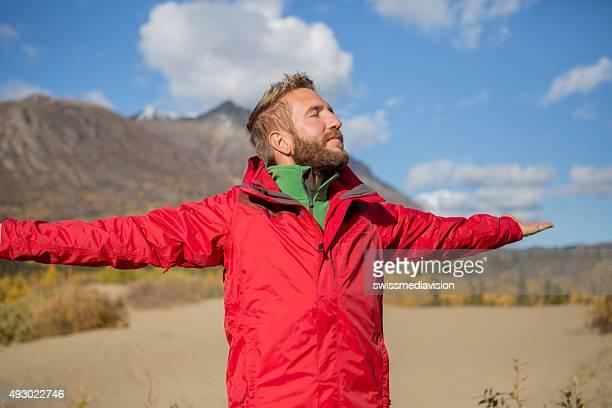 Mann stehend in der Wüste Ausgestreckte Arme für positive emotion
