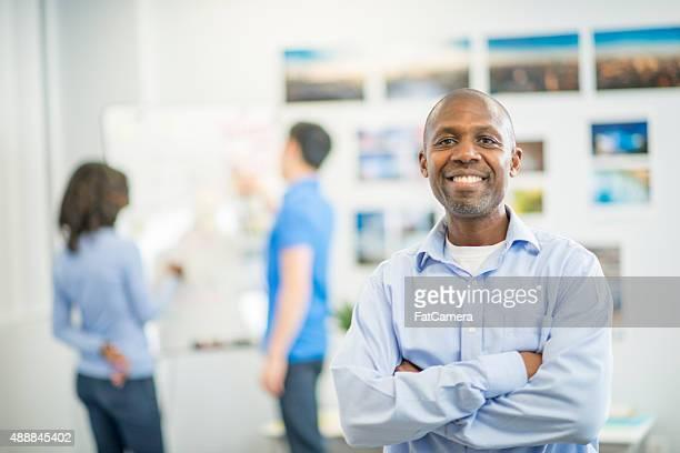 Homme debout devant son Studio photo