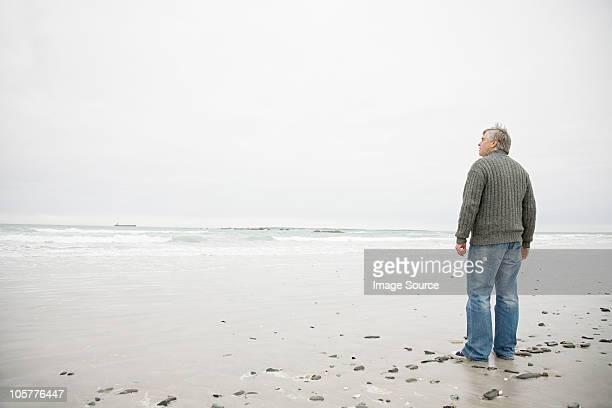 男性、ビーチの上に立つ