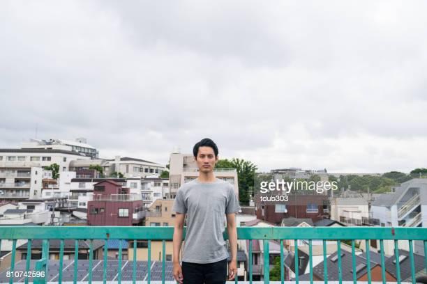 Man die op een dak in een stedelijke omgeving