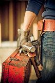Mann, stehend auf Baustelle mit tools