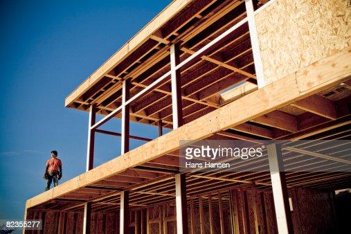 Homme debout sur sous maison construction