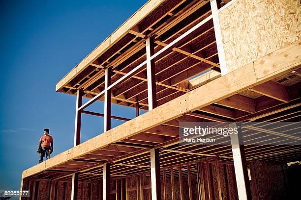 Mann stehen auf Haus im Bau