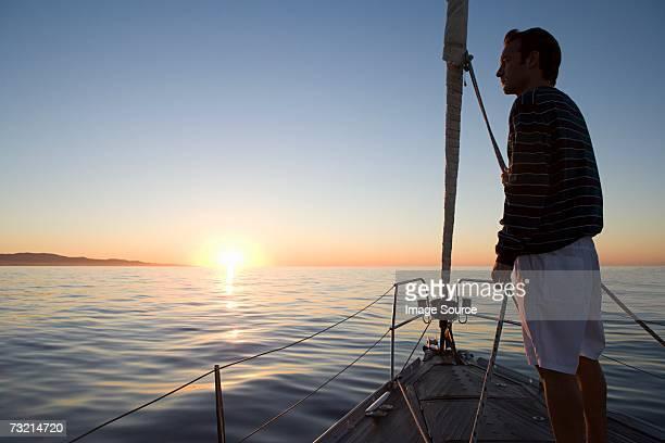 Mann, stehend auf Schiffen Schleife