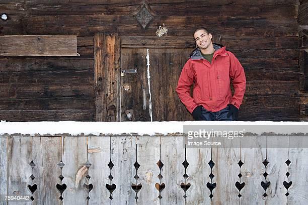 Mann stehend vor einer Kabine