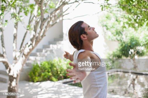Homem de pé com os braços abertos : Foto de stock