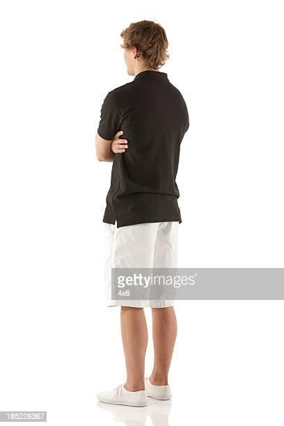 Homme debout avec les bras croisés