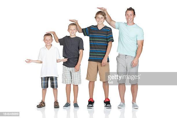 Uomo in piedi con i bambini