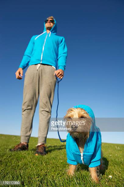 Mann steht mit Hund im passenden Kapuzen-Sweatshirt
