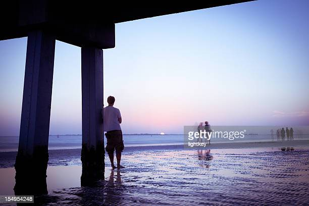 Homme admirant le coucher du soleil