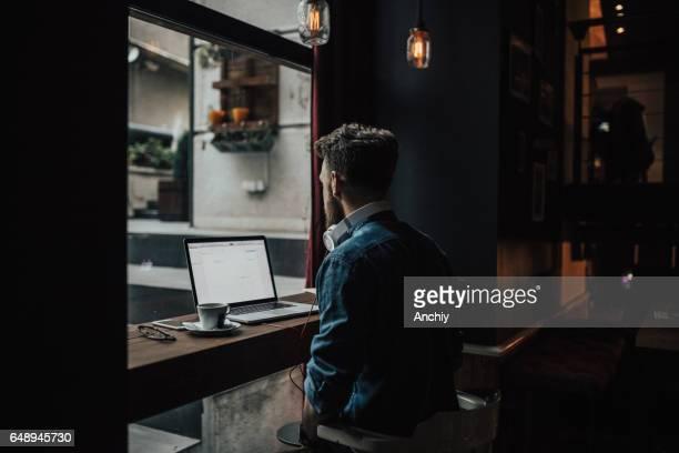 L'homme commence sa matinée avec examen cappuccino et calendrier