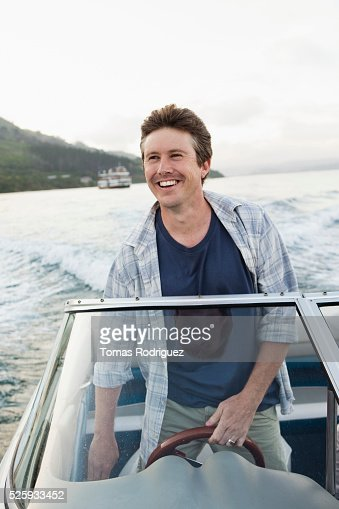 Man steering motorboat : Stockfoto
