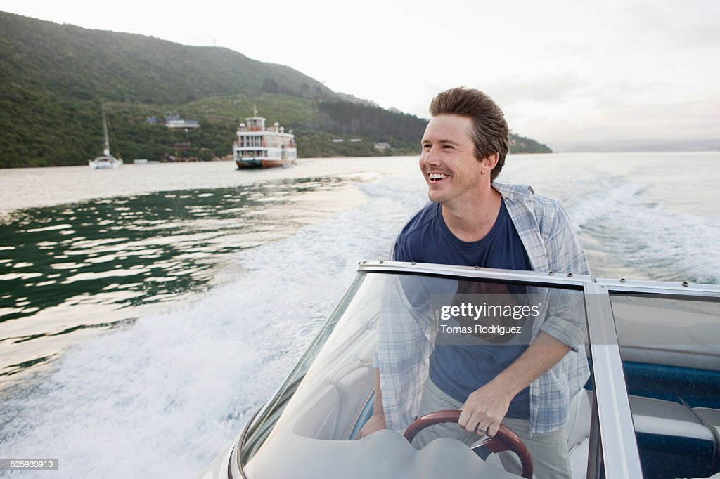 Man steering motorboat : Stock-Foto
