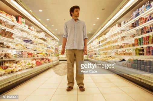 Man stood in supermarket : Stockfoto