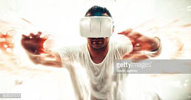 Homme coincé dans le monde virtuel