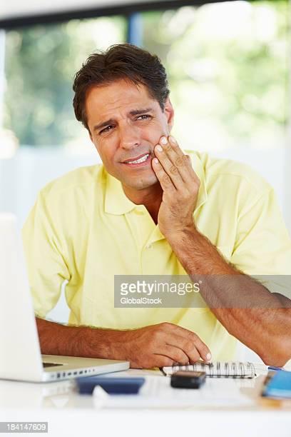 Mann leiden Zahnschmerz