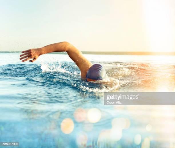 Homme la piscine