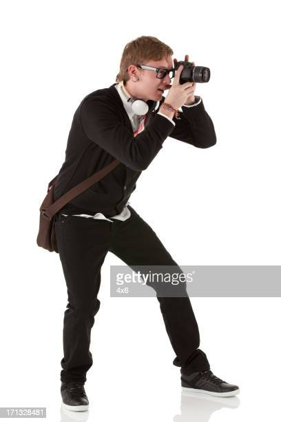 Homme de prendre une photo avec un appareil