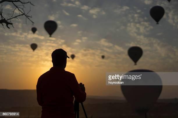 Man nemen van hete lucht ballonnen