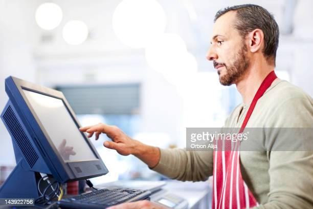 Homme prenant le paiement