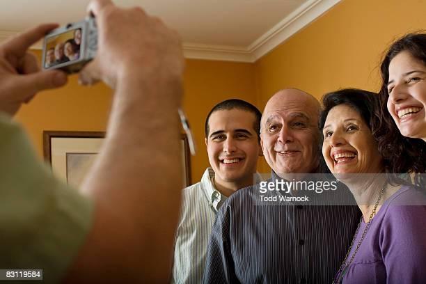 Homme prenant une photo de famille