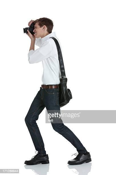 Homme prenant une photo avec son appareil en