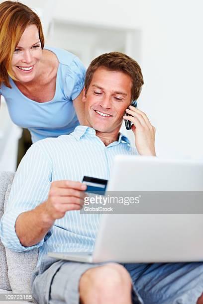 Homme parlant sur téléphone portable lors de vos achats en ligne à la maison