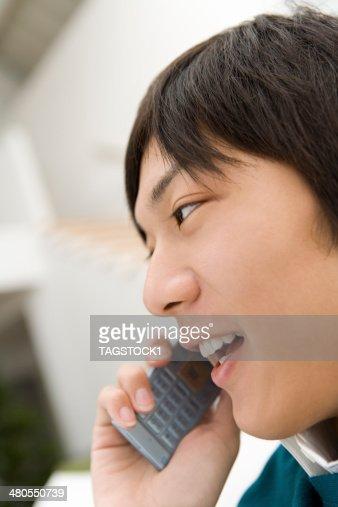Homem a falar ao telemóvel : Foto de stock