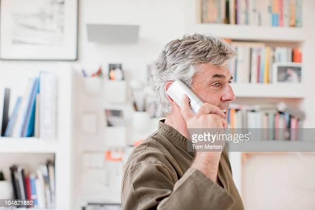 Homem a falar ao telefone no escritório