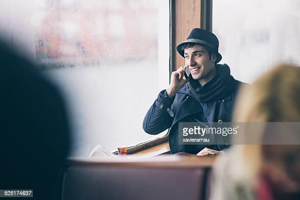 Homme parlant au téléphone mobile de repartir avec le ferry