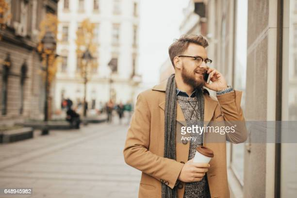 Mann spricht am Telefon im Freien