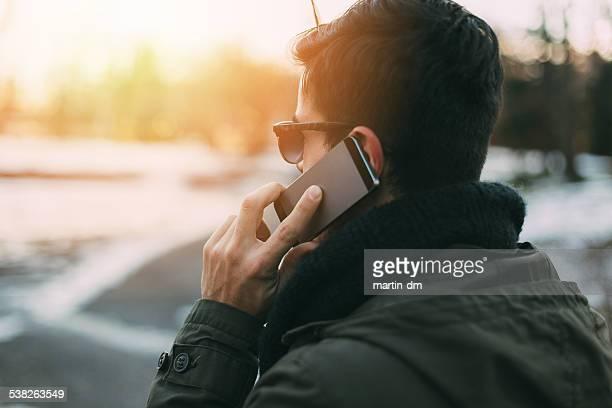 Homem a falar ao telefone