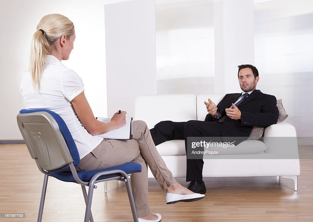 Man talking to his psychiatrist : Bildbanksbilder