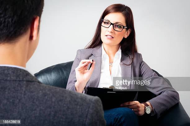 Mann spricht auf seinem Psychologe/Psychologin