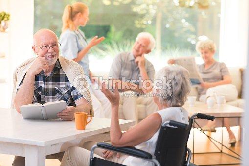Hombre que habla con la mujer con discapacidad : Foto de stock