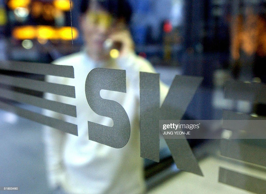 A man talks on his mobile phone inside SK Corporation headquarters in Seoul, 13 December 2004. A campaign led by Sovereign Assest Management to oust the chairman of SK Corp. took a new turn Monday after Samsung Electronics bought into the country's largest oil refiner.