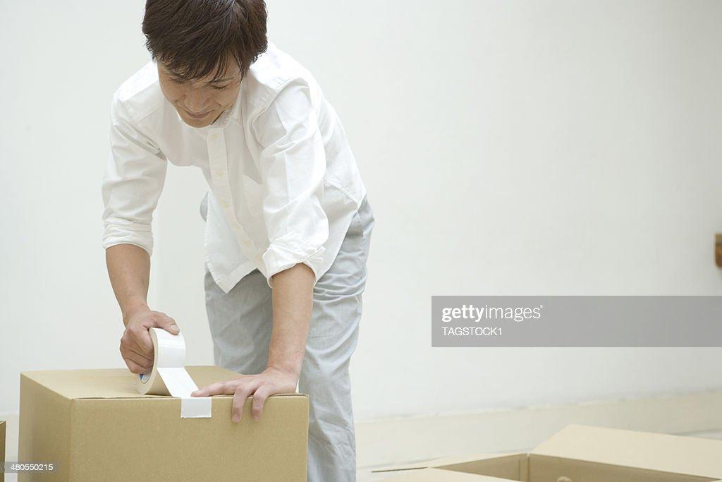 Hombre sellado en caja de cartón : Foto de stock