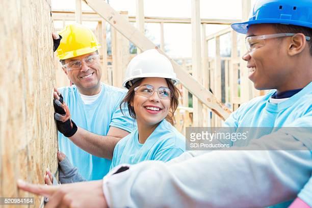 Mann lehrt Freiwilligen wie dir Wand Nächstenliebe zu Hause