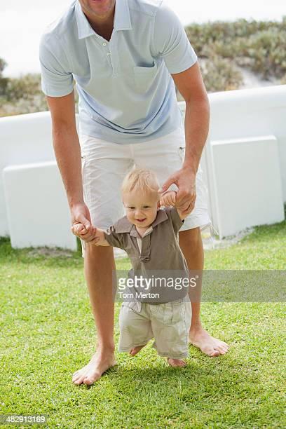 Homem ensinando boy a câmara