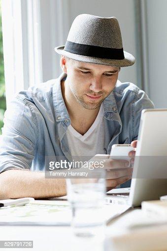 Man text messaging : Foto stock