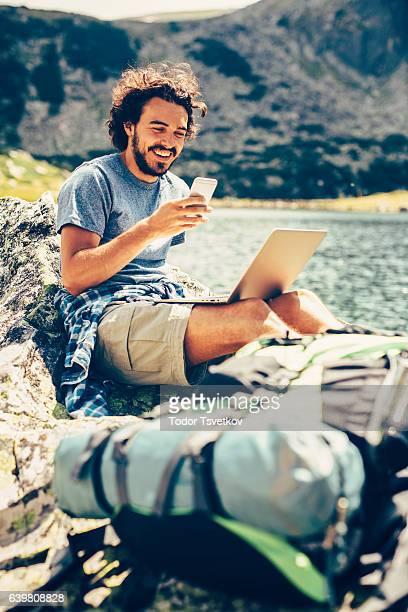 Homme SMS dans la montagne