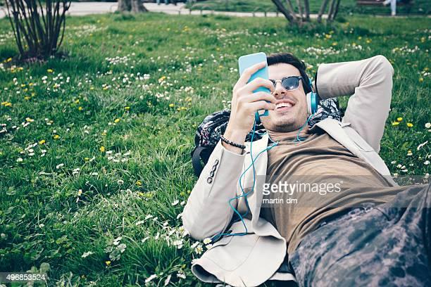 Homme envoyer des SMS sur téléphone portable dans le parc