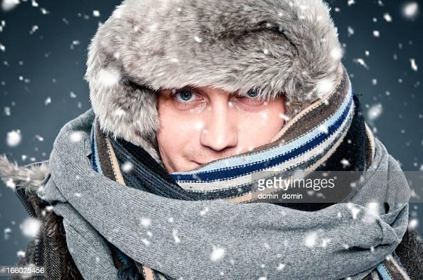 Mann dicht eingewickelt im winter Kleidung, Schal, Mütze mit Pelz