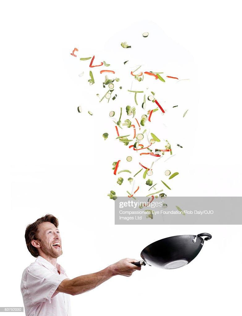Man Tossing Stir Fry : Foto stock