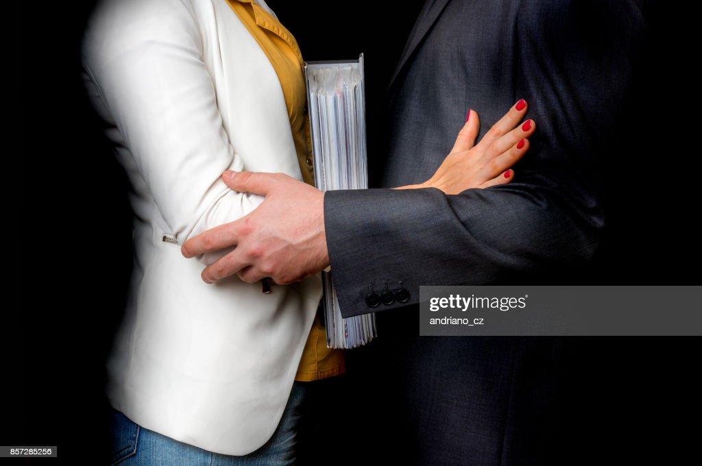 Lhomme coude touchante de la femme le harcèlement sexuel au bureau